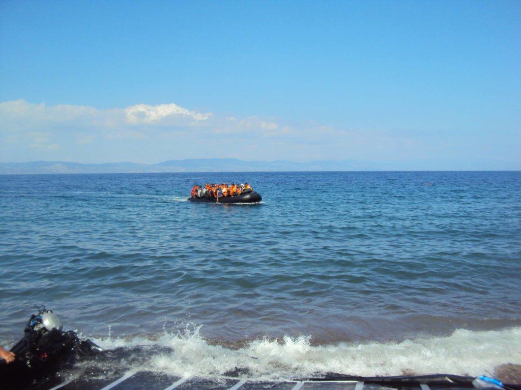 Παρά την κοσμοχαλασιά , δύο βάρκες με 100 πρόσφυγες έφτασαν τα ξημερώματα στη Λέσβο
